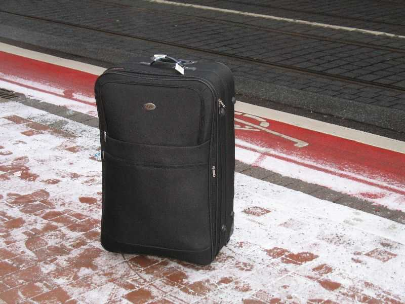 Ein Koffer im Schnee