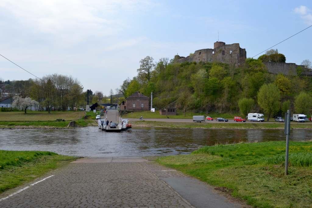 Weserfähre mit der Burg Polle