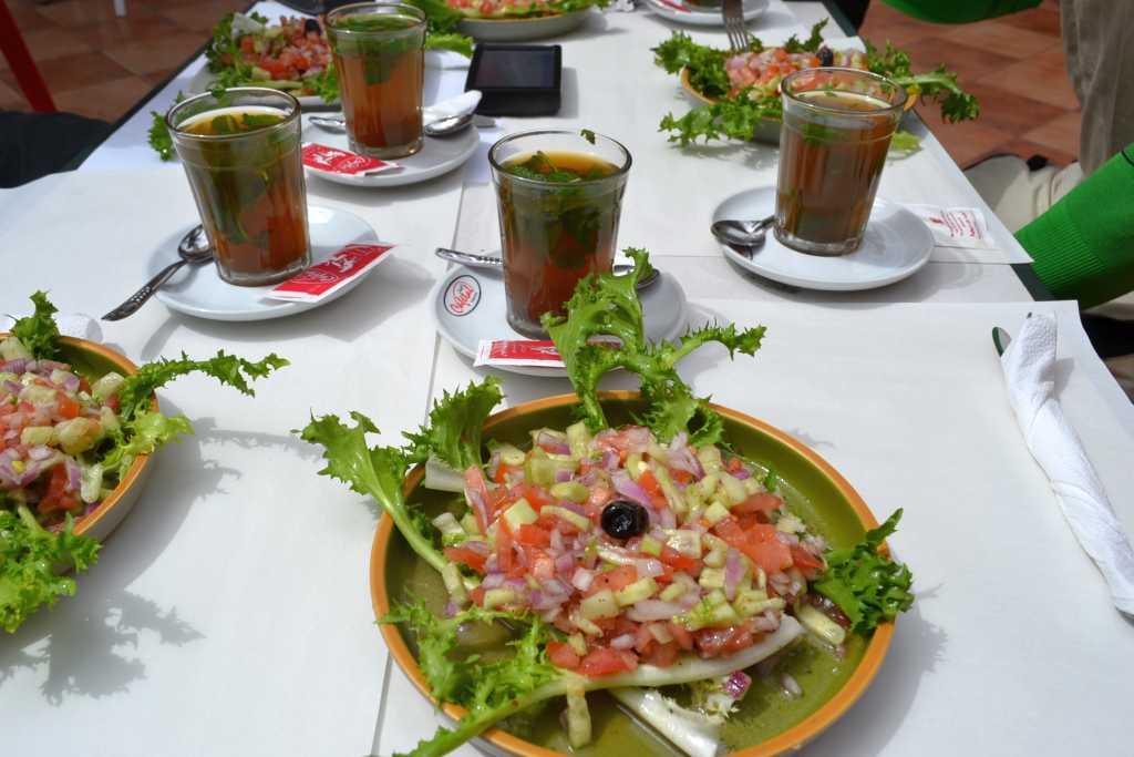 Gemischter Salat und Tee mit Minze
