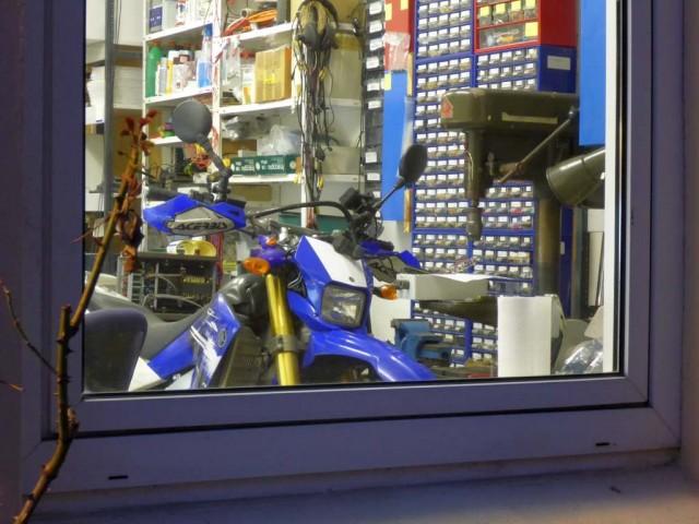 Das kleine nervöse Motorrad schaut aus dem Labor...
