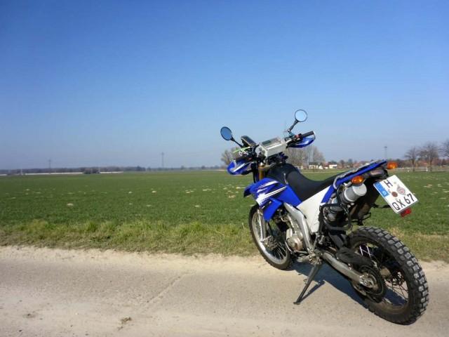 Das kleine nervöse Motorrad in der Sonne