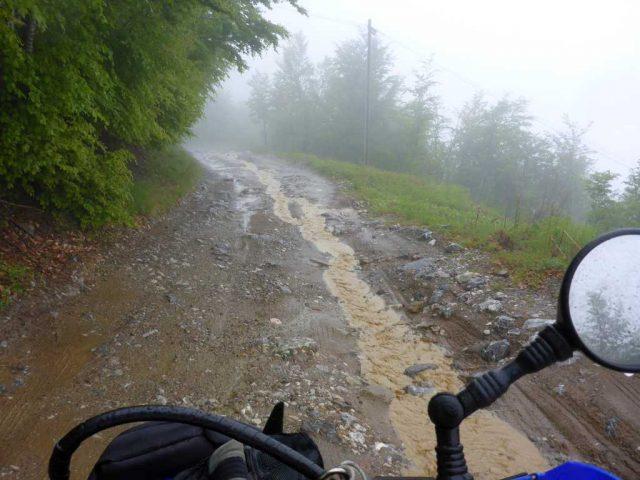 Regenwasser läuft den Weg runter