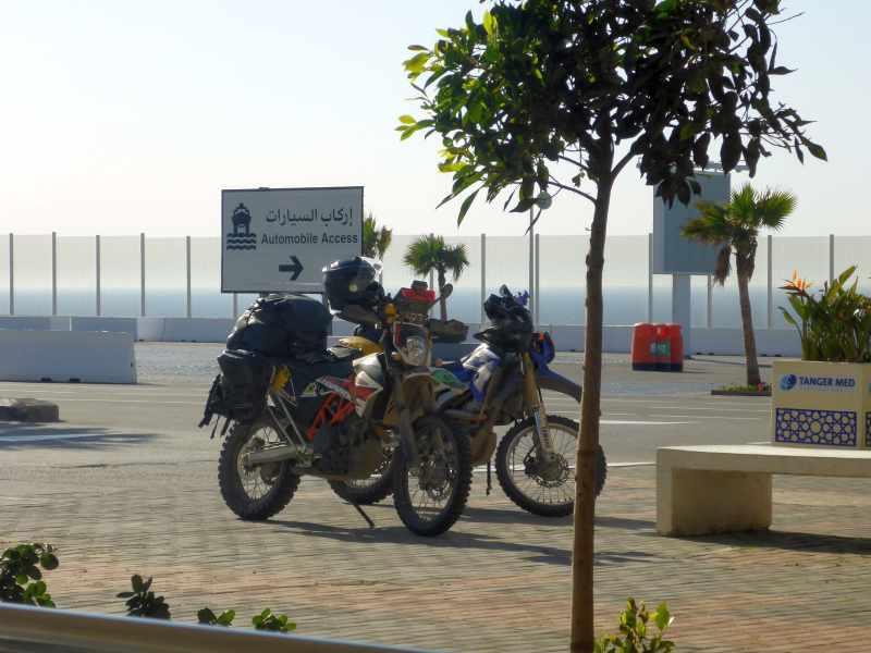 Die Motorräder warten