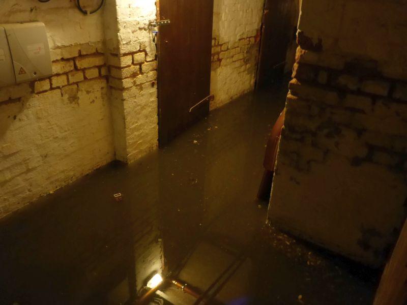 Keller mit fließend Wasser