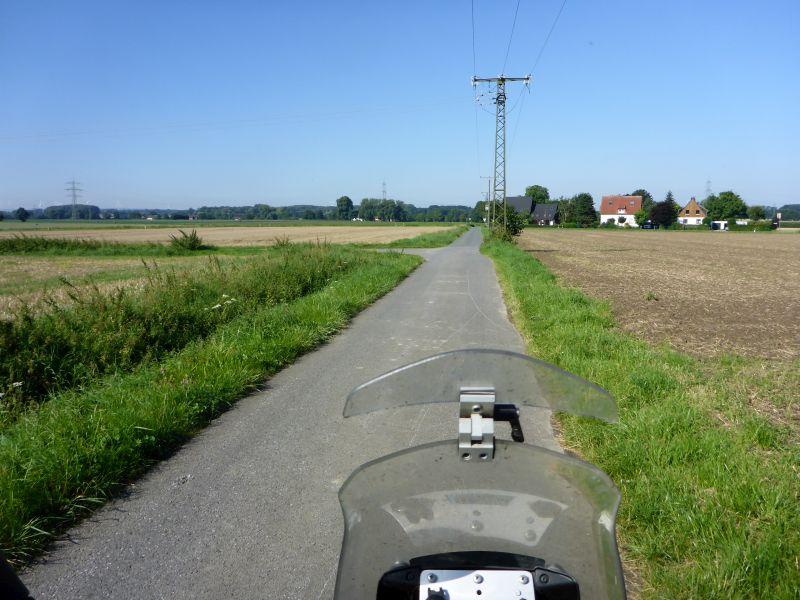 asphaltierte Feldweg