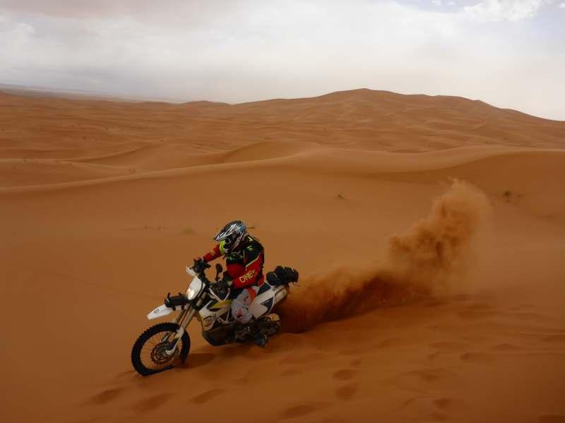 schmeißt mit Sand