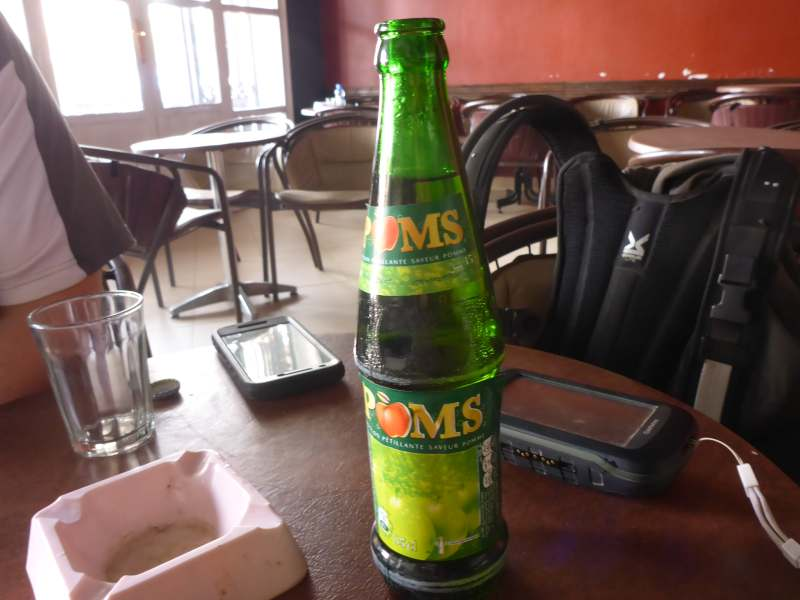 Apfelsaft in grünen Flaschen