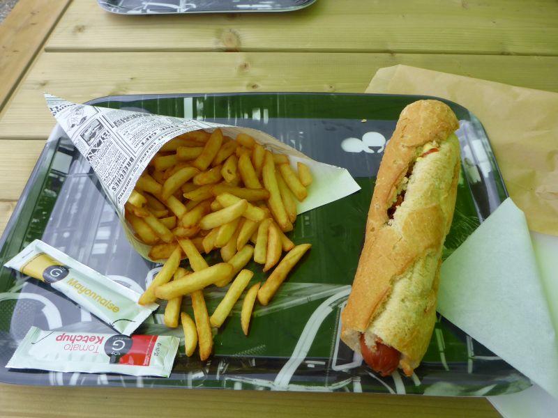 Hot-Dog und Pommes