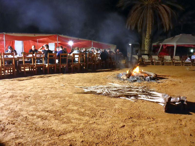 Lagerfeuer unter Palmen