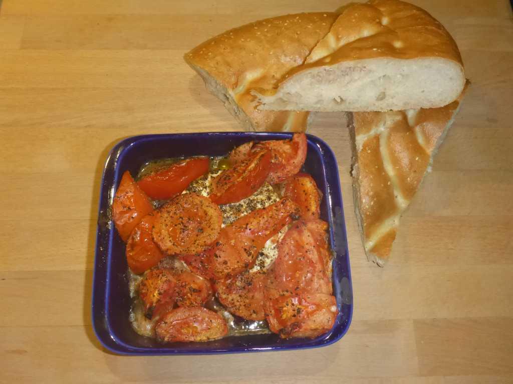Gebackener Schafskäse mit Tomaten und Oliven
