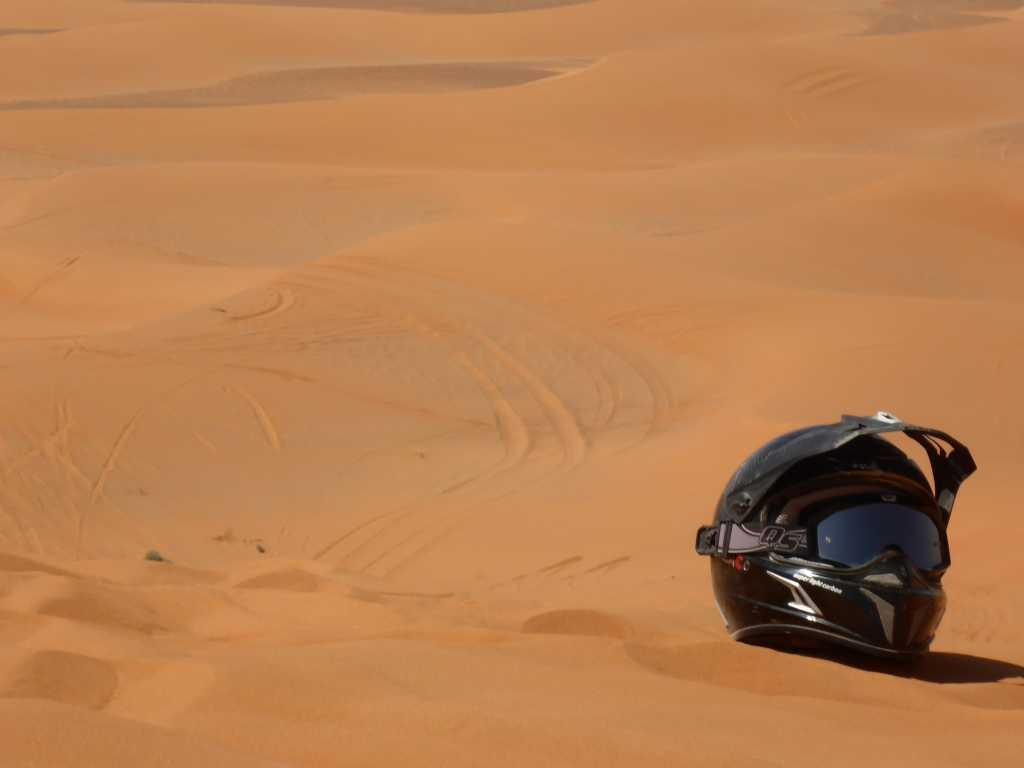 Helm auf der Dünenkante